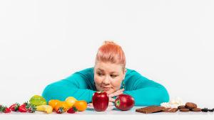 Jenny Lehtinen katselee ruokaa