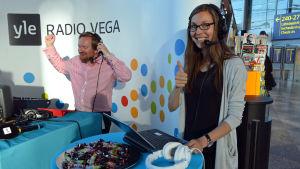 Ted Urho och Mira Myllyniemi gör sig redo för en nyhetssändning från Helsingfors-Vanda flygplats.
