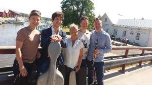 Anna Rajamäki (altfiol), Tomas Nuñez-Garcés (cello), Maija Linkola (violin), Nonna Knuuttila (konstnärlig ledare, violin) och Isaac Rodriguez (klarinett).