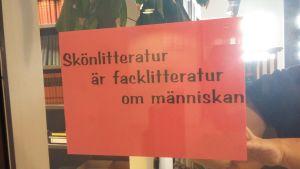 En text på en glasvägg som lyder: Skönlitteratur är facklitteratur om människan.