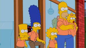 Den gula familjen Simpsons från tv-serien The Sipmsons: bart, Marge, Lisa, Homer och och Maggie klädda i likadana orangefärgade tröjor.