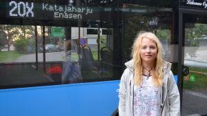 Alexandra Dahlberg bor på Drumsö, hon tar den här bussen till skolan