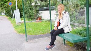 Alexandra Dahlberg, seglare, väntar på bussen på Drumsö