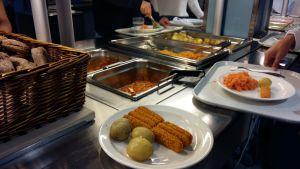 Lokalproducerad potatis och morot, fiskpinnar och ekologiskt lokalproducerat bröd på skolmenyn.