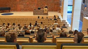 Rektor Göran Djupsund välkomnar de nya studenterna till Åbo Akademi i vasa.