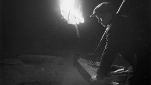 Mies tuulastamassa Kurkijoella 1930-luvun loppupuolella.