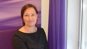 Marknadsföringschef Anna Homén sitter vid ett fönster