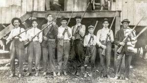 Kaivosmiehiä aseineen Länsi-Virginiassa vuonna 1912