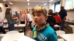 Elever i Haga skola i Helsingfors som har haft en poesiinspirationslektion med författaren Jolin Slotte. 2016.