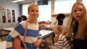 Elever i Haga skola i Helsingfors som har haft en poesiinspirationslektion med författaren Jolin Slotte. 2016. Till vänster står Anni Stenbäck, till höger My Tengström.