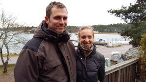 Einar och Sara Wallentowitz vid Kirjais Byhandel med utsikt över gästhamnen.
