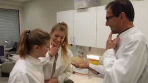 Elever forskar tillsammans med forskare Tom Wiklund