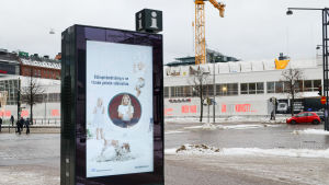 """Staden har kampanjen """"likgiltighet är dagens våld"""" synligt på reklampelare i centrum"""