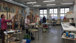 Kursdeltagare målar i Kabelfabriken