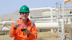 Sarjan juontaja professori Iain Stewart öljynjalostamossa Bakussa