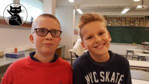 Två pojkar i lågstadieklassrum