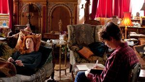 Kuuluisa kirjailija laatii muistelmansa. Elämäkerturiksi valikoituu harmaa hiirulainen, eikä yhteistä säveltä tunnu löytyvän.