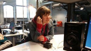 Åbomusikern och konstnären Minna Twice ser underfundig ut i Yle Åbolands studio