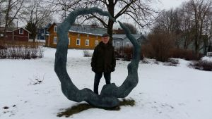 Pro Runebergs ordförande Kurt-Erik Långbacka står vid skulpturen Hjärtats saga