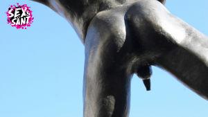 En naken staty där skrevet syns.
