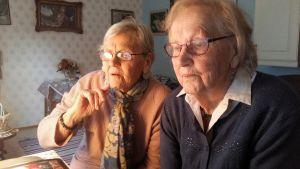 Signild Sundin och Berit Sjöberg tittar på Berits dator.