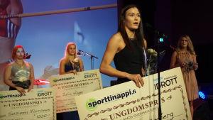 Alina Strömberg tilldelades det finlandssvenska ungdomspriset.