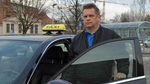 Cenneth Lindström är taxichaufför i Kyrkslätt.