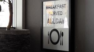 En affisch med texten Breakfast served all day.