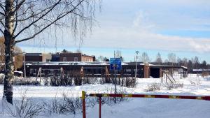 Utomhusbild av Koskeby skola i Vörå under vinter.