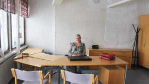 Gun Gustavsson sitter bakom ett stort tomt kontorsbord - hon ska snart flytta in i flygplatschefens rum