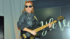 Den danska basisten Ida Nielsen som spelat med bl.a. Prince.