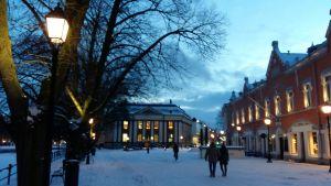 Lilltorget i Åbo med stadsbiblioteket och restaurang Tårget i vinterskrud.
