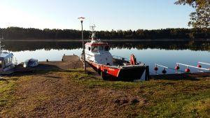 Brand- och oljebekämpningsbåten Maria vid sin brygga i Houtskär.