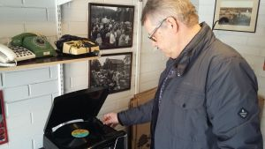 Sture Nylund spelar LP-skivor i sitt nyinredda garage