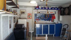 Sture Nylund har inrett sitt höghusgarage till ett eget rum