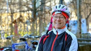 Leena Robertsson cyklar från Pargas till jobbet i Åbo.