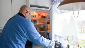 Ove öhman öppnar kylskåpet hemma hos sin mamma