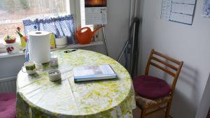 På Eilas köksbord ligger hemvårdens pärm