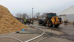 Räddningsarbete på avfallsstationen.