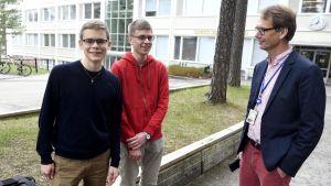 Vännerna Timo Syvälahti (till vänster) och Otso Nieminen skrev båda åtta laudatur i studentexamen. Till höger rektor Panu Ruoste vid Lohjan yhteislyseon lukio.