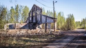Ruin av sågbyggnad efter eldsvåda.