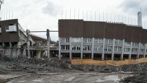 Bilden visar en riven vägg på Olympiastadion i Helsingfors.