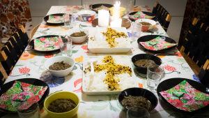 iftar-ateria katettuna pöytään, lihaa ja riisiä