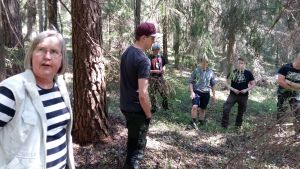 En grupp skogsingenjörsstudenter bekantar sig med ett skyddsområde