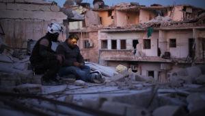 Valkoiset kypärät -järjestön vapaaehtoiset yrittävät auttaa Aleppon asukkaita.