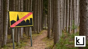 taajama päätty liikennemerkki metsässä