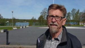 Carl-Gustav Mangs vid torget i Kaskö på en solig sommardag.
