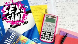 skolböcker, räknar, penna och häften på ett bord