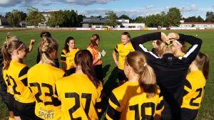 Hibo Mohamed, Janina Orell och Malin Selén med sina lagkamrater i ÅIFK:s damlag i fotboll.