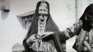 Hilma Granqvist i Artas tillsammans med två av byns yngre invånare.